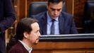 El líder de Unidas Podemos, Pablo Iglesias, pasa por delante de Pedro Sánchez