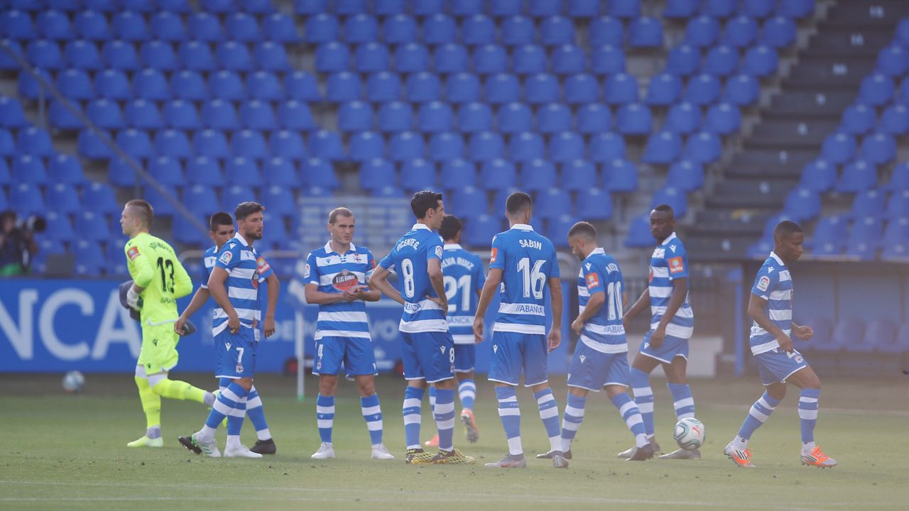 Galicia busca protagonismo en la Liga.Aketxe, rodeado de varios jugadores del Rayo