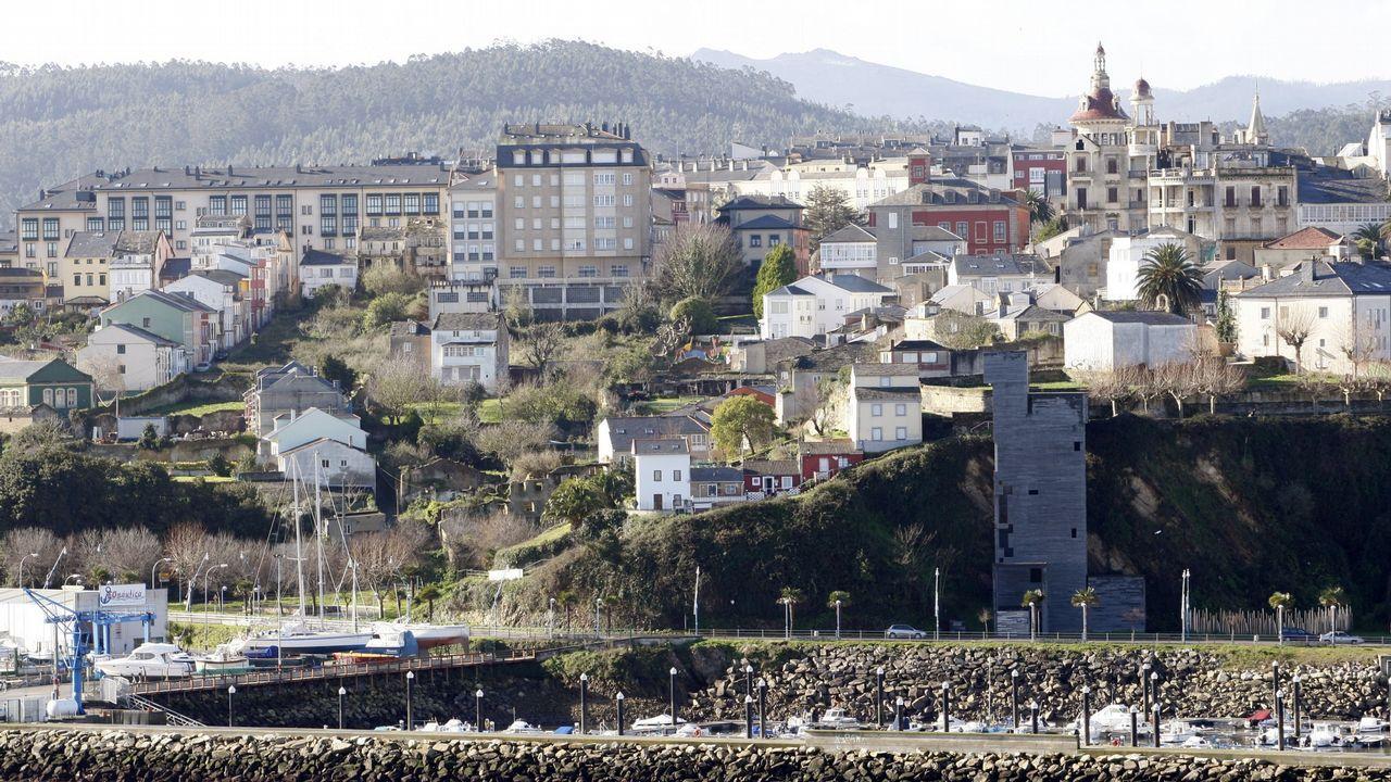 Cuatro detenciones por los vertidos de hidrocarburos en el río Acevedo.Una mujer saca dinero en un cajero de Liberbank