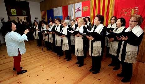 La interpretación del coro emocionó a muchos de los asistentes.