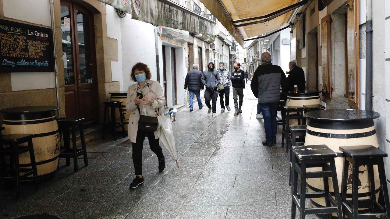 La imagen de bares ocupados en el interior se hace aún extraña en muchos lugares de Galicia. Consumir en la barra sigue prohibido.