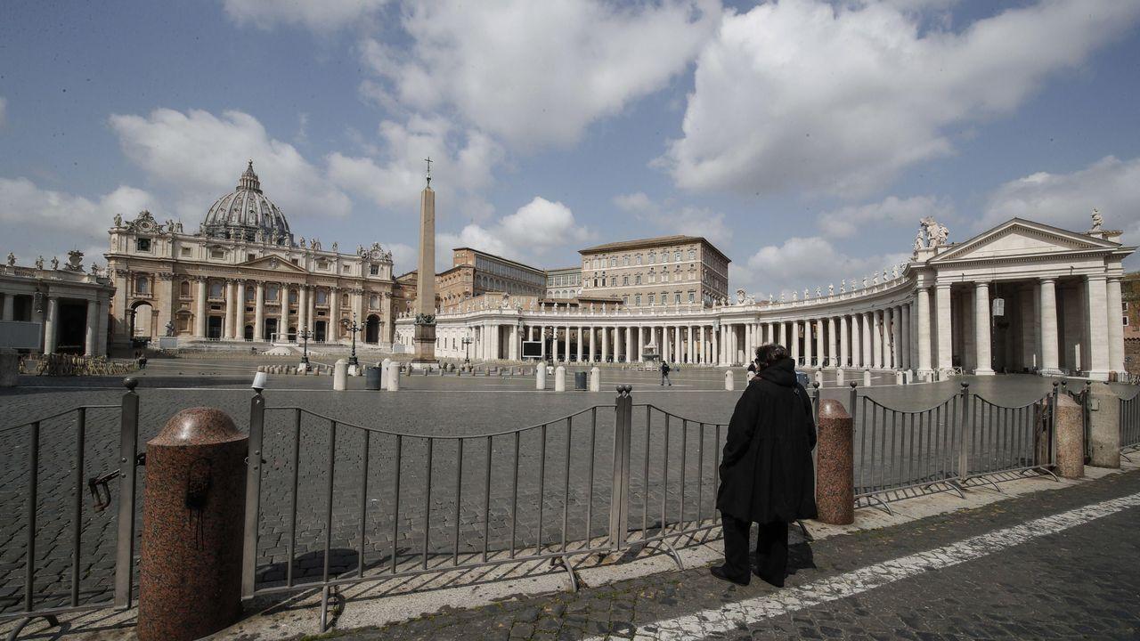 Plaza de San Pedro, en el Vaticano, completamente desierta durante el rezo del Angelus.