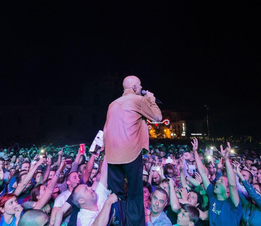 Mario Vaquerizo, a lomos de una yegua en casa de Bertín Osborne.James se mostró muy cercano a sus fans en el concierto.