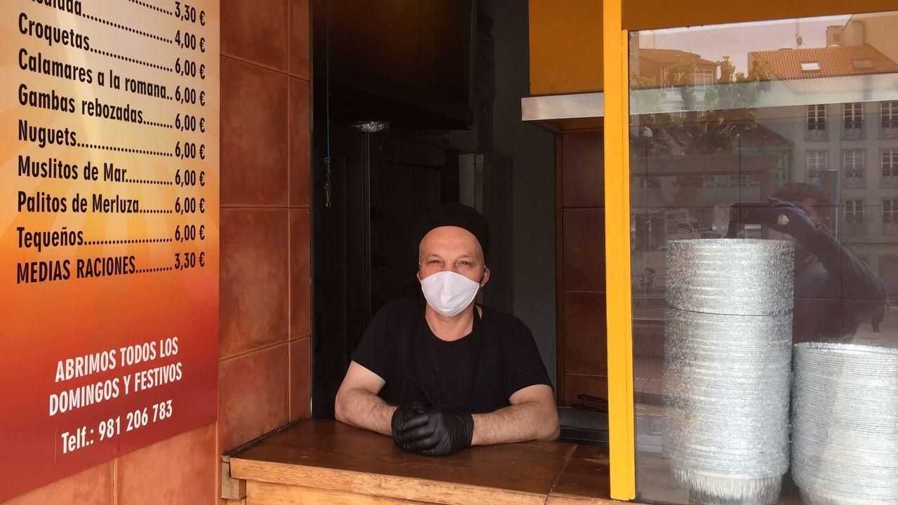 Un hombre, frente a la puerta de la vivienda del fallecido
