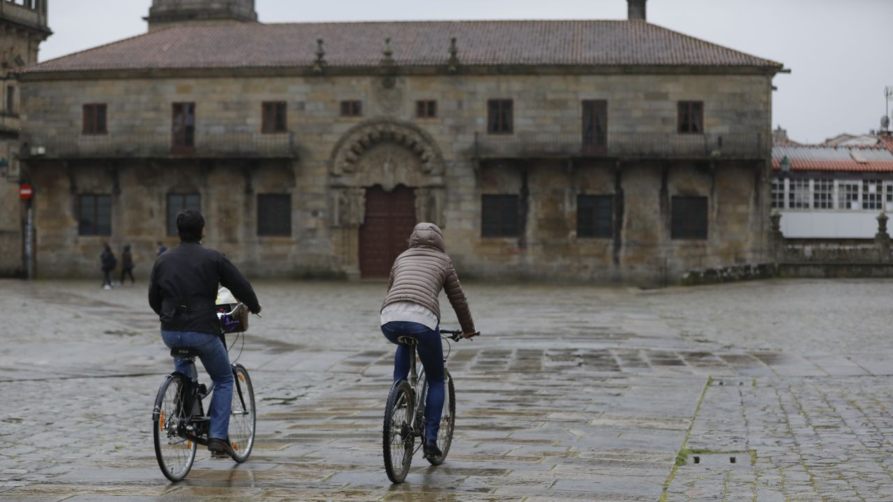 Compostela apuesta por las bicis en el casco histórico.Dos ciclistas circulan por la zona monumental de Santiago