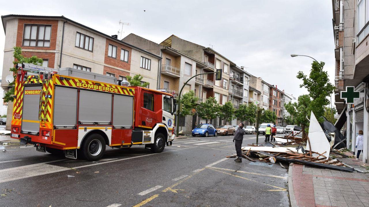 Una dotación de bomberos acudió a retirar asegurar el tejado levantado por el viento en Verín