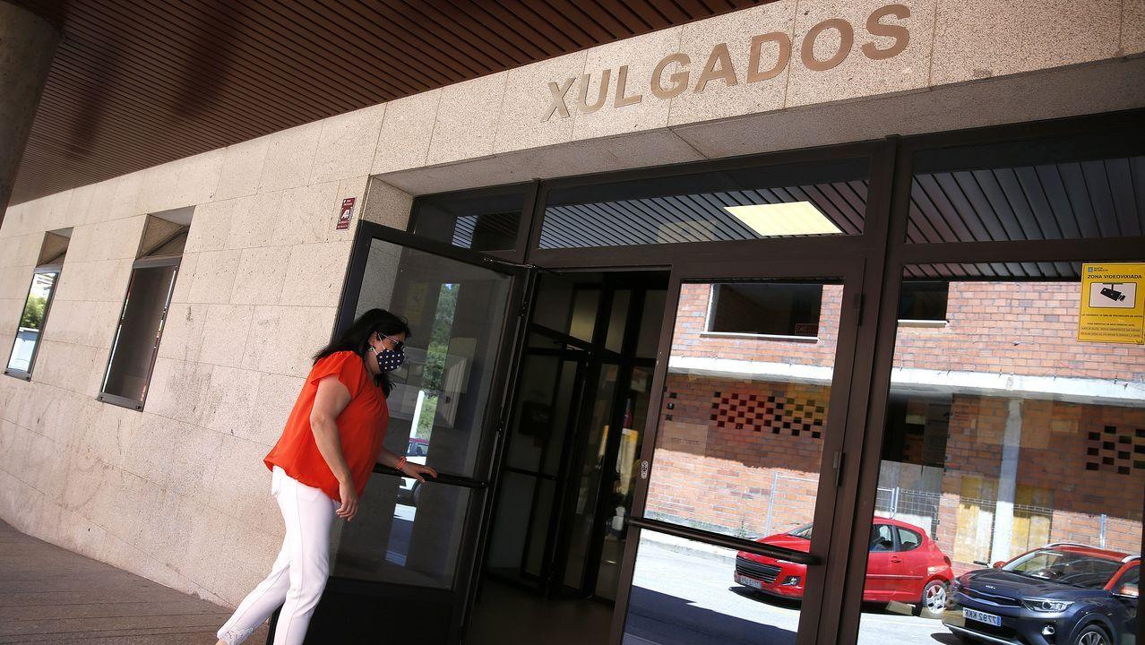 La alcaldesa de Betanzos (derecha) recibió a la subdelegada del Gobierno, Pilar López Rioboo