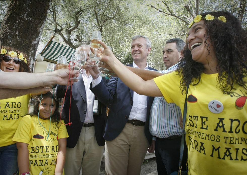 Mario Vaquerizo, a lomos de una yegua en casa de Bertín Osborne.El vicepresidente de la Xunta, Alfonso Rueda, brindó ayer con una de las peñas de la fiesta.