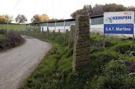 El establo está pegado al vial por donde discurría uno de los tramos del Rali do Cocido.