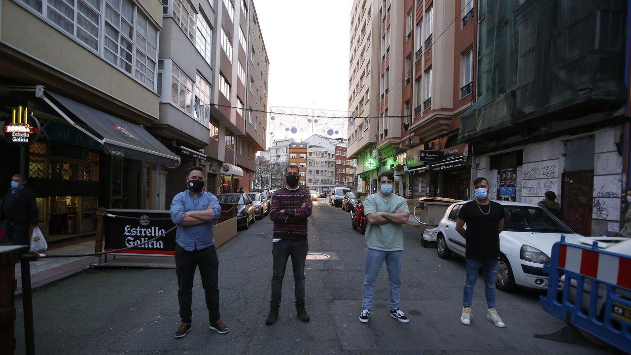 Jorge Vares, Jorge Rilo, Adrián Montes e Iván Guintín son hosteleros en la calle San Juan. Volverán al trabajo el viernes, pero piden que se agilice el proceso para recibir las ayudas prometidas, tanto de la Xunta como del Ayuntamiento