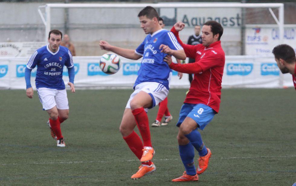 Imagen del partido en As Eiroas entre el Bergantiños y el As Pontes (2-2).
