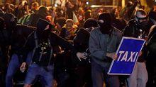 Grupos violentos armados con piedras y mobiliario urbano, el viernes en Barcelona