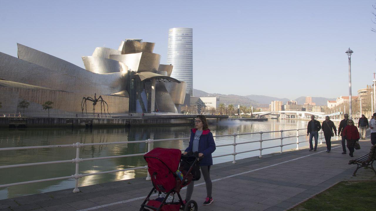 Bilbao, la vieja ciudad industrial del norte que se salvó gracias a la cultura.L'artista Juan Genovés acompañáu d'autoridaes locales y rexonales