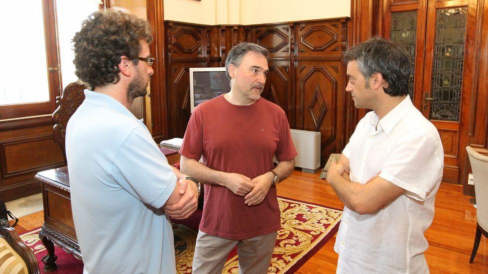 Xose Manuel Sande, Miguelanxo Prado y Xulio Ferreiro en su reunión en el Ayuntamiento