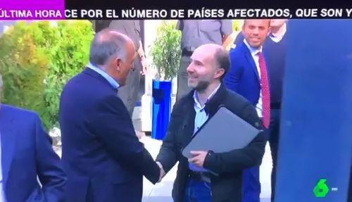 Gonzalo Pérez Jácome, alcalde de Ourense, en unas imágenes de La Sexta saludando al presidente de la Liga de Fútbol Profesional, Javier Tebas