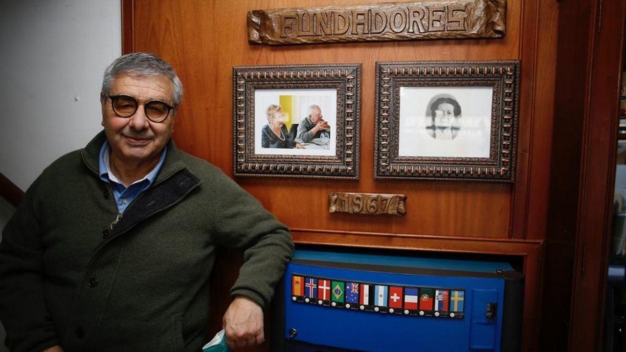 José Manuel González, de As Areas I, posa junto a la foto de sus padres, fundadores de este conocido hotel situado en Covas (Viveiro)