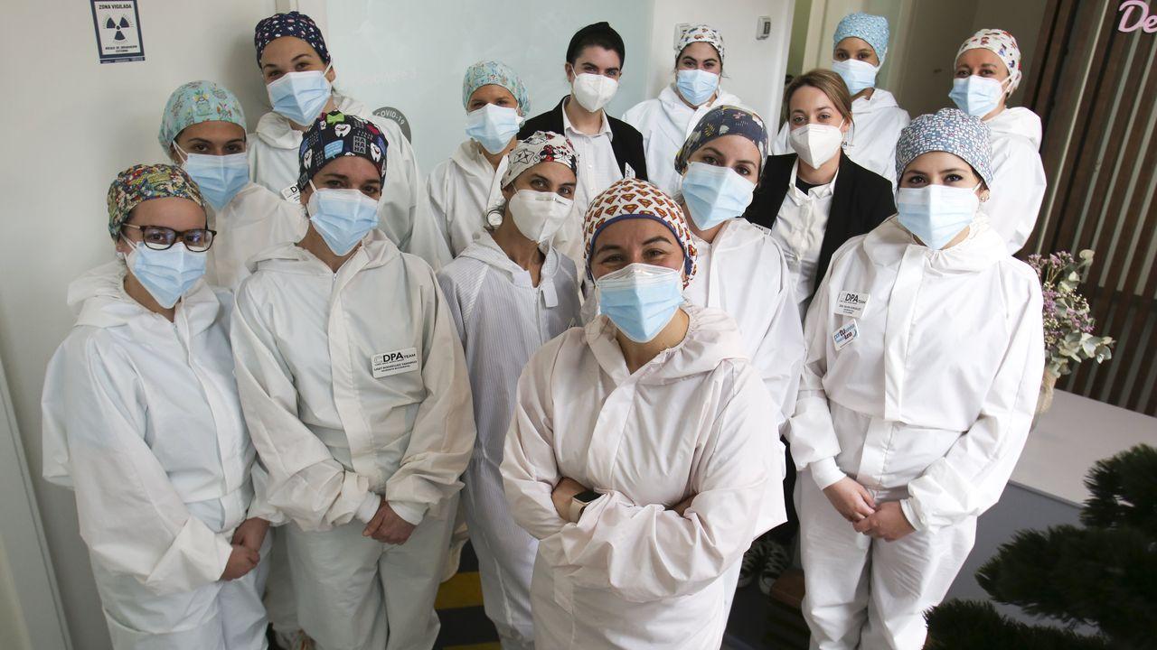 El balance de once sanitarios cuando se cumple un año de la llegada del covid a Ferrol.Equipo de la clínica odontológica Patricia Aneiros con los EPIS que usan en las consultas