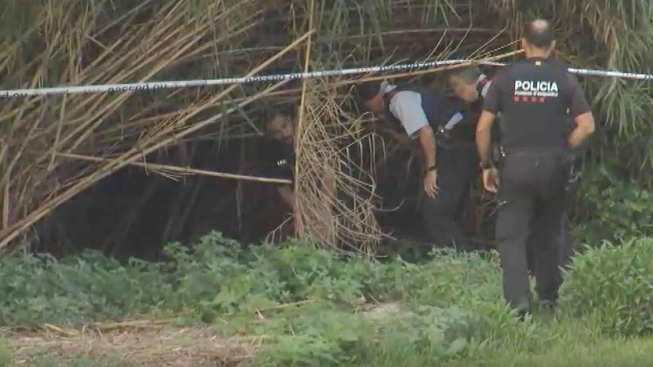 Mossos, bomberos y buzos buscan el cuerpo sin vida de un bebé al que su padre arrojó al río Besos