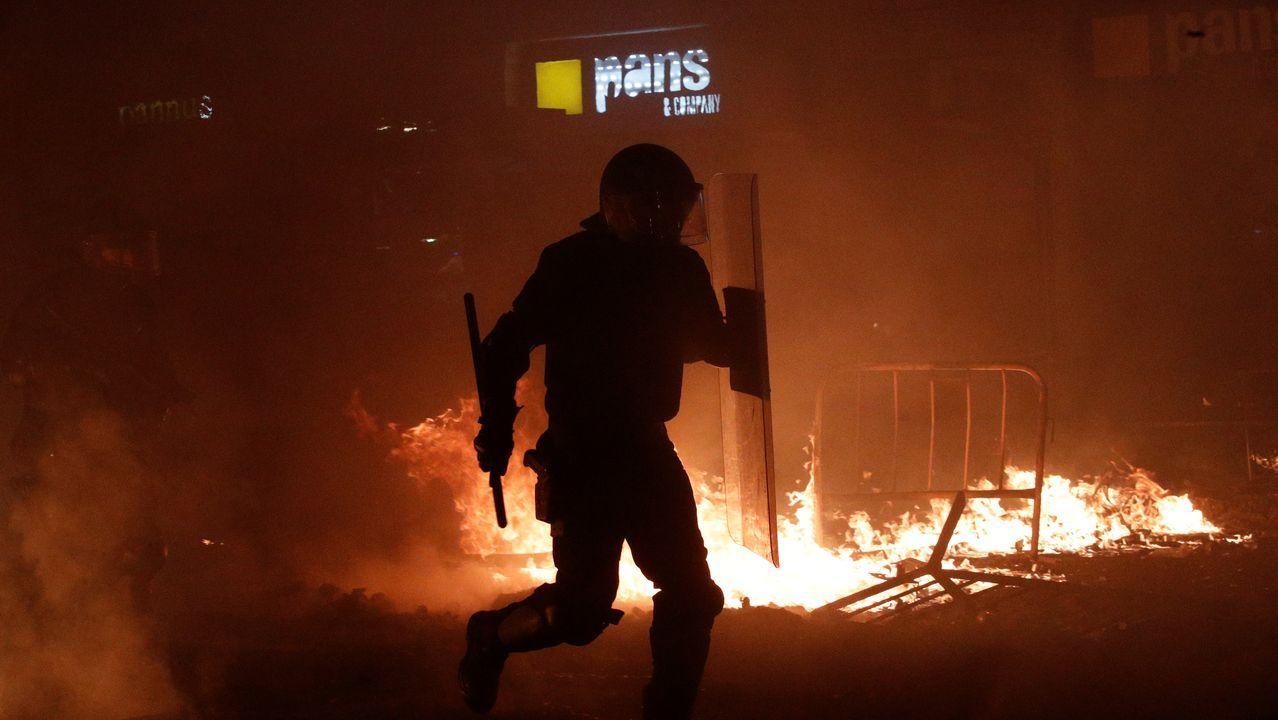 Antidisturbios en Via Laietana.Manifetantes durante la protesta en Via Laietana