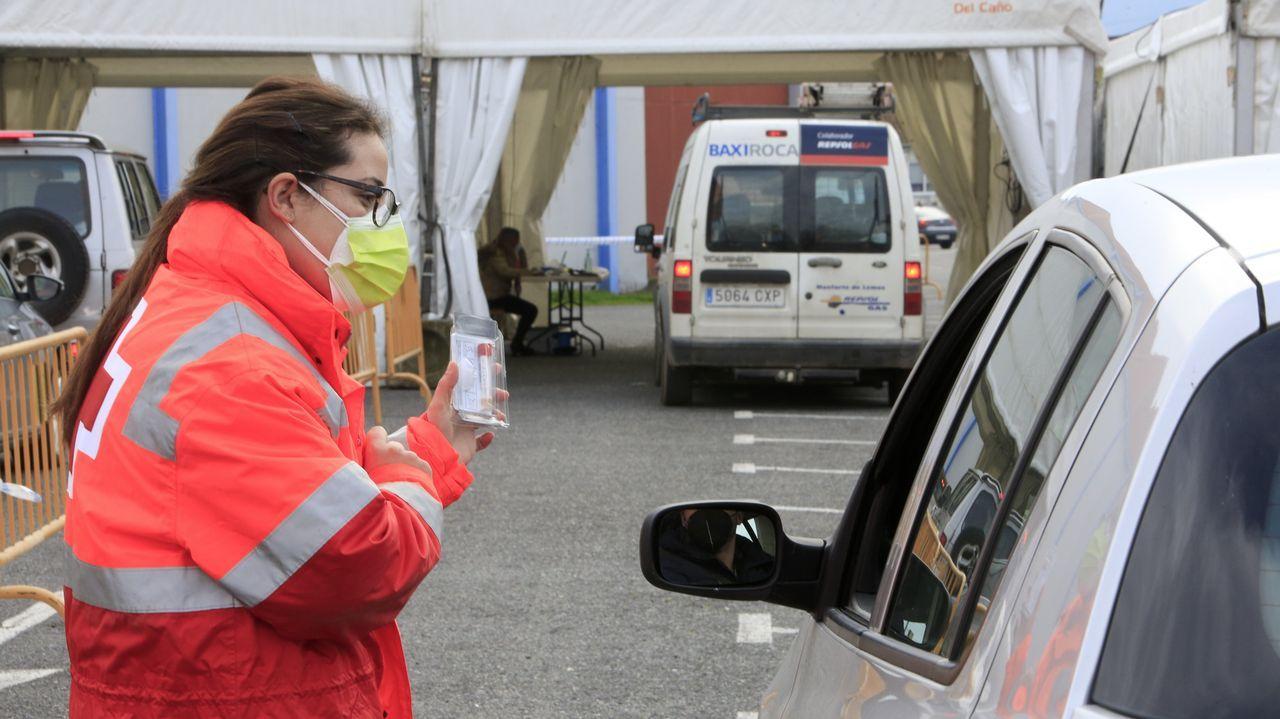 Acceso de vehículos al área donde se repartieron envases para el cribado de Monforte