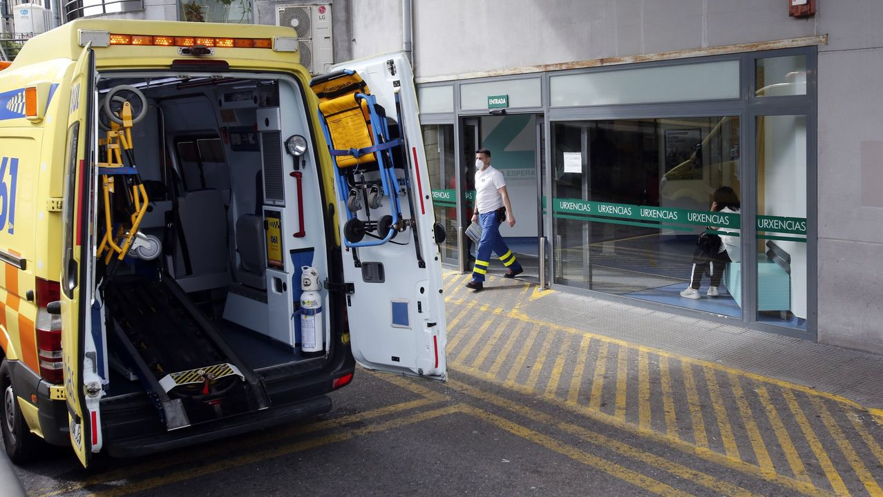 Trabajadores del servicio de urgencias del Hospital Montecelo, de Ponteveda, el pasado abril, en un homenaje a los profesionales fallecidos