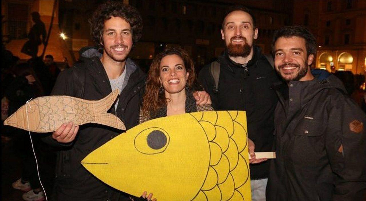 Cuatro jóvenes de Bolonia lanzaron la iniciativa de juntar a personas como sardinas en lata en la plaza Mayor