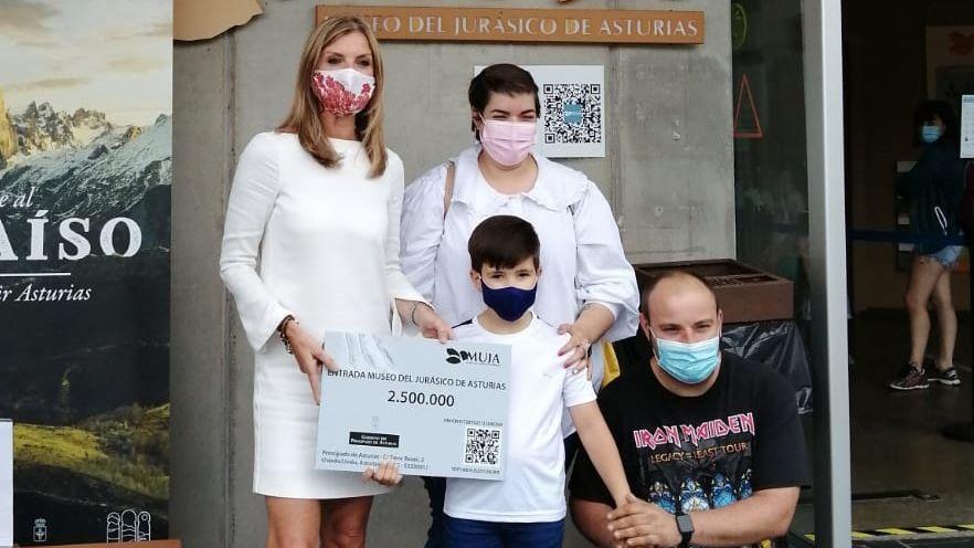 La viceconsejera de Turismo, Graciela Blanco, con Roberto, el niño visitante 2.500.000 del Muja, y sus padres