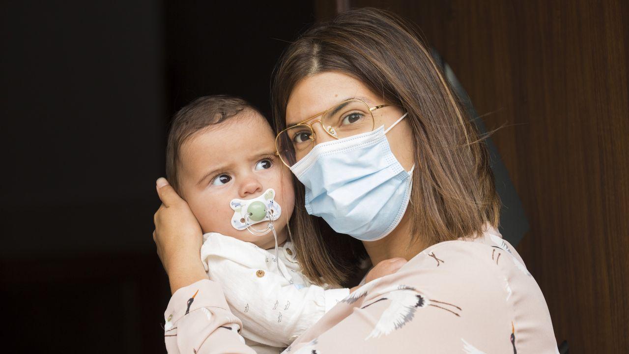 Leticia Castro Varela, ayer con su pequeño Xavi