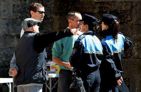 La policía local de Melide está este verano bajo mínimos y recibirá refuerzos.