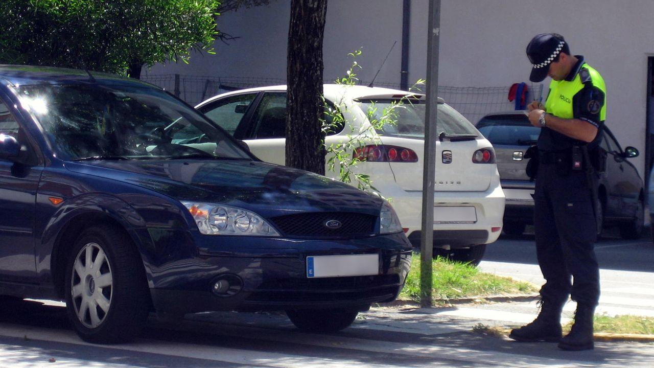 Juzgados Oviedo.Foto de archivo de un policía poniendo una multa