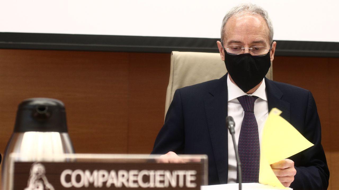 José Rey muestra la licencia de su establecimiento, concedida por el Concello de Sarria