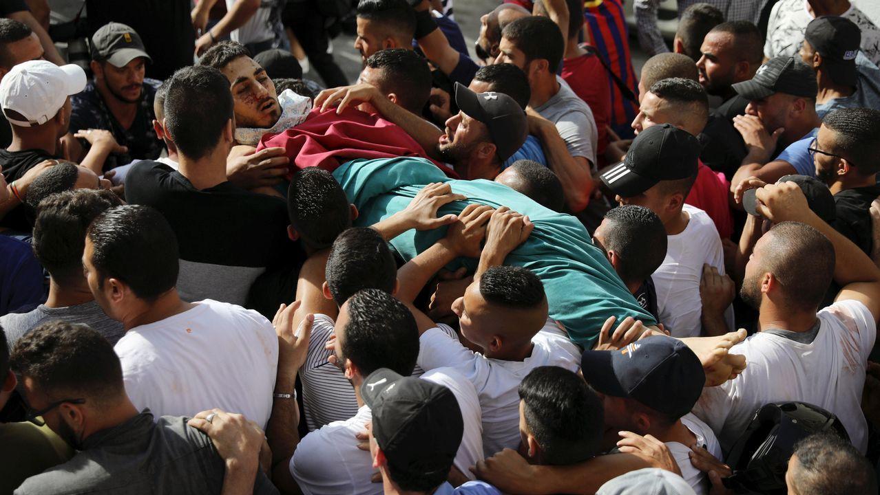 Una multitud traslada el cadaver de Mohammad Abu Ghannam, uno de los fallecidos en los disturbios