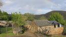 Imagen de Fuente de Oliva, donde hay cinco casas, y el monte del fondo ya es Galicia