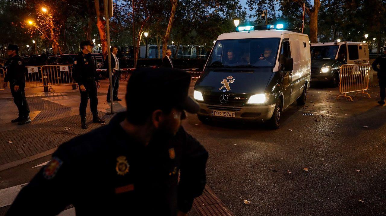 Varios furgones de la Guardia Civil salen de la Audiencia Nacional, en Madrid, el 2 de noviembre del 2017 tras conocerse la decisión de la juez de la Audiencia Nacional Carmen Lamela, decretando prisión incondicional sin fianza para el exvicepresidente catalán Oriol Junqueras y para siete exconsellers.