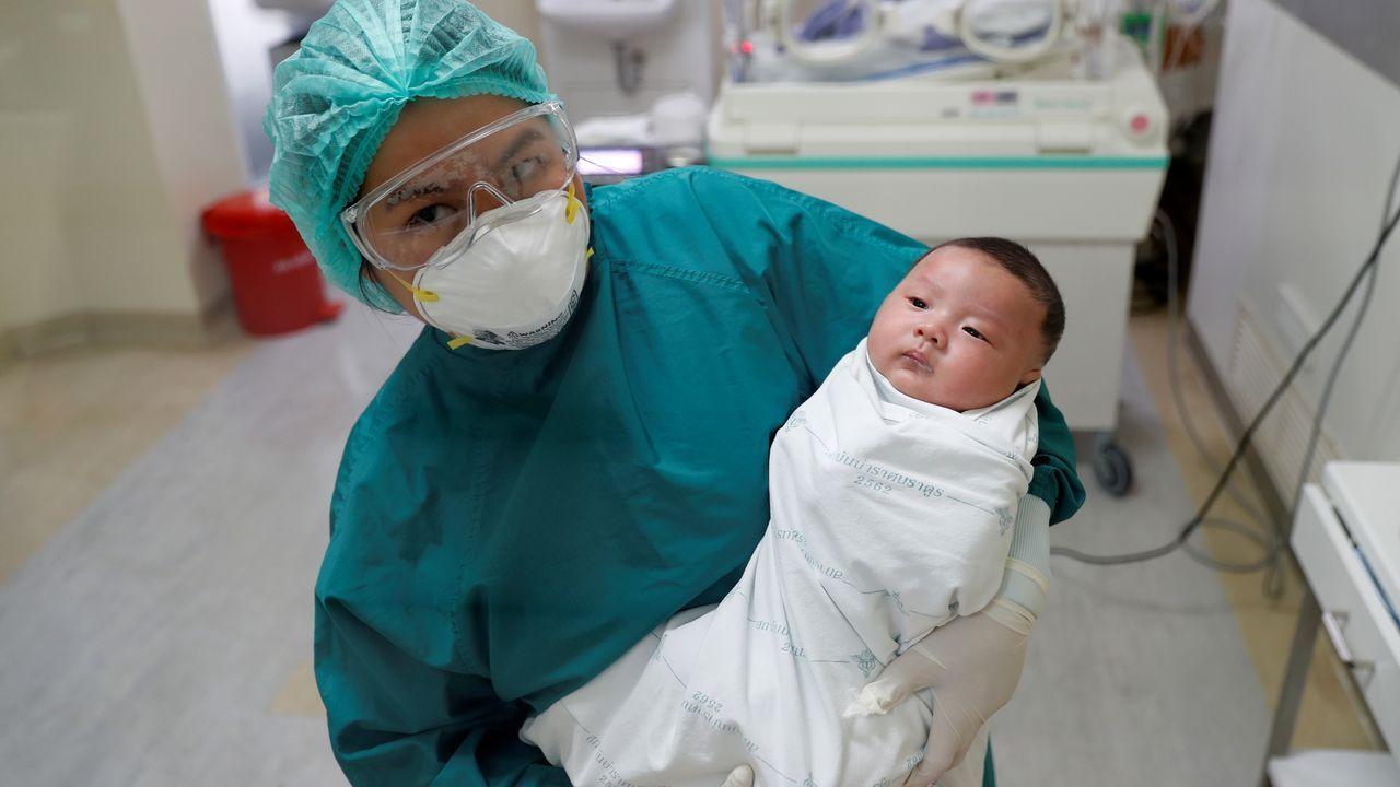 El paciente de COVID-19 más joven de Tailandia, un bebé de un mes, recibió hoy el alta hospitalaria