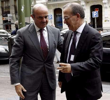 El ministro de Economía, junto al director del FROB.