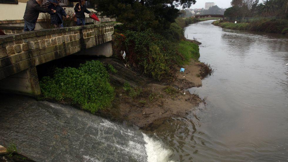 Cae con su coche al río Lagares