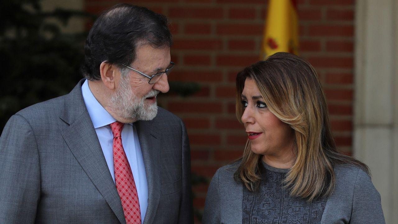 Pedro Sánchez escucha cómo Javier Fernández atiende a los medios de comunicación, durante una visita a Asturias.Mariano Rajoy y Susana Diaz