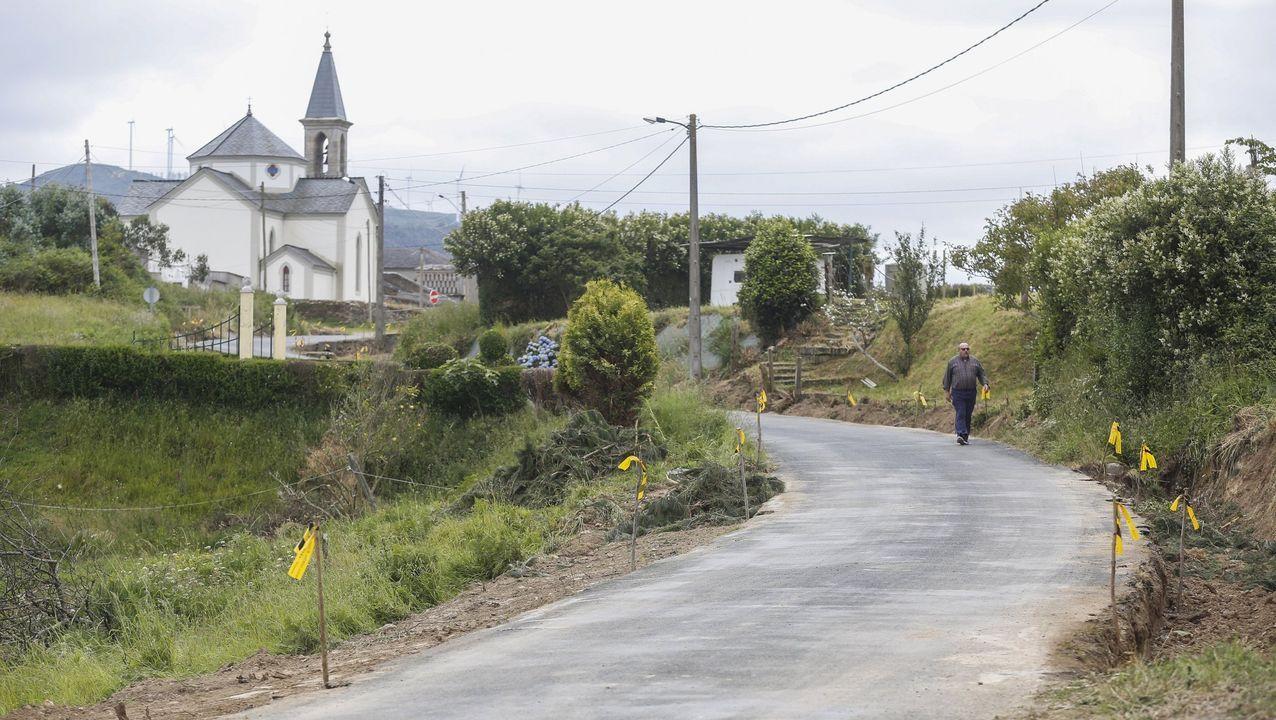 La carretera de Loiba, en obras, con la iglesia de la parroquia de San Xulián al fondo