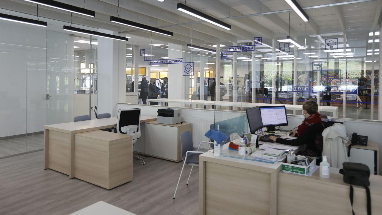 Personal de servicios y administración en la Facultade de Económicas. La USC es la primera universidad gallega en regular el teletrabajo
