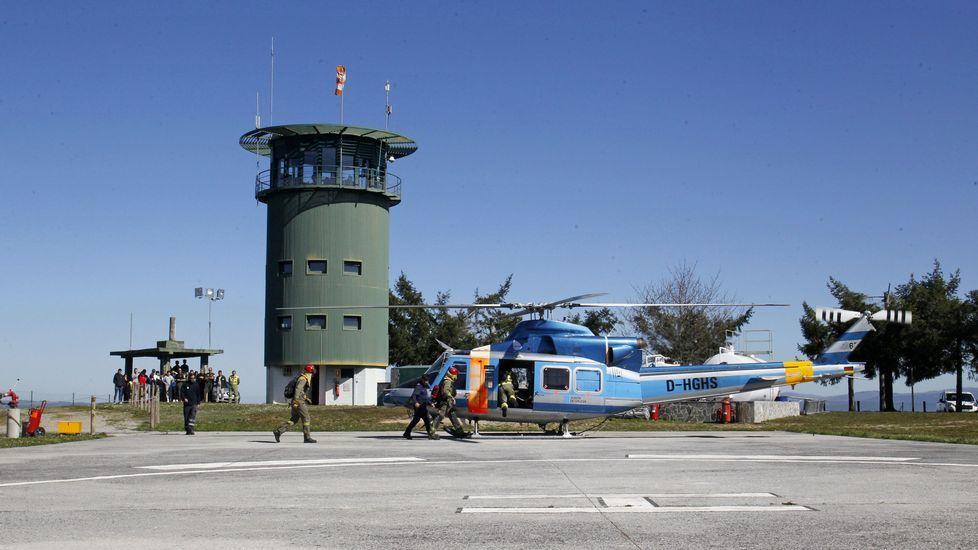 Os estudantes contemplan a cuberto os preparativos para o despegue do helicóptero