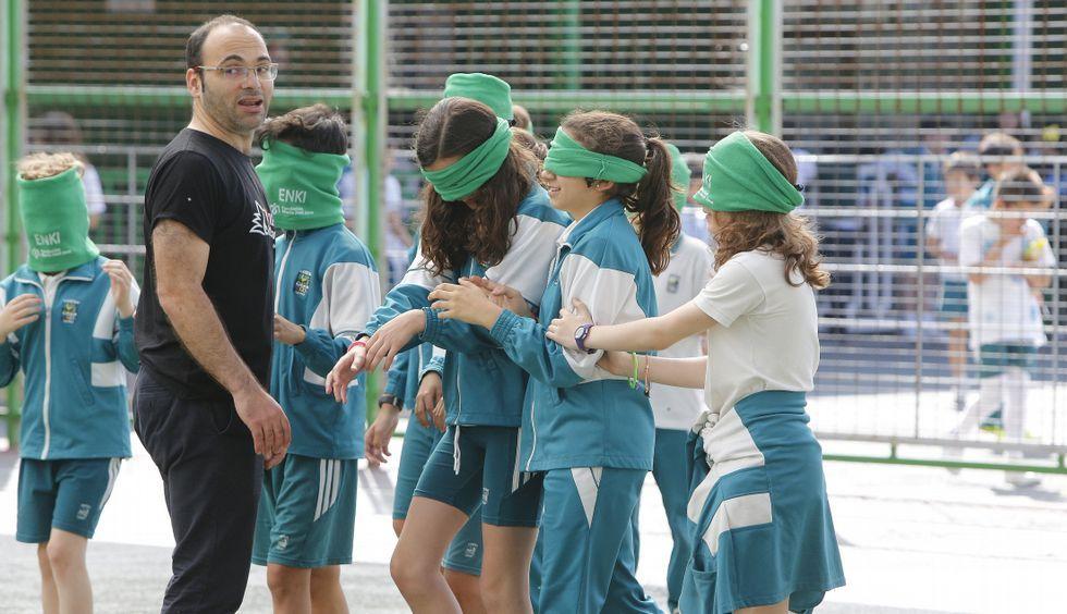 Una de las actividades que realizaron los escolares fue jugar al fútbol con los ojos vendados.