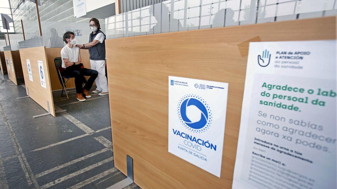 En el recinto ferial de Pontevedra se sigue vacunando a personas de 40 a 49 años, en su mayoría con el suero de Pfizer