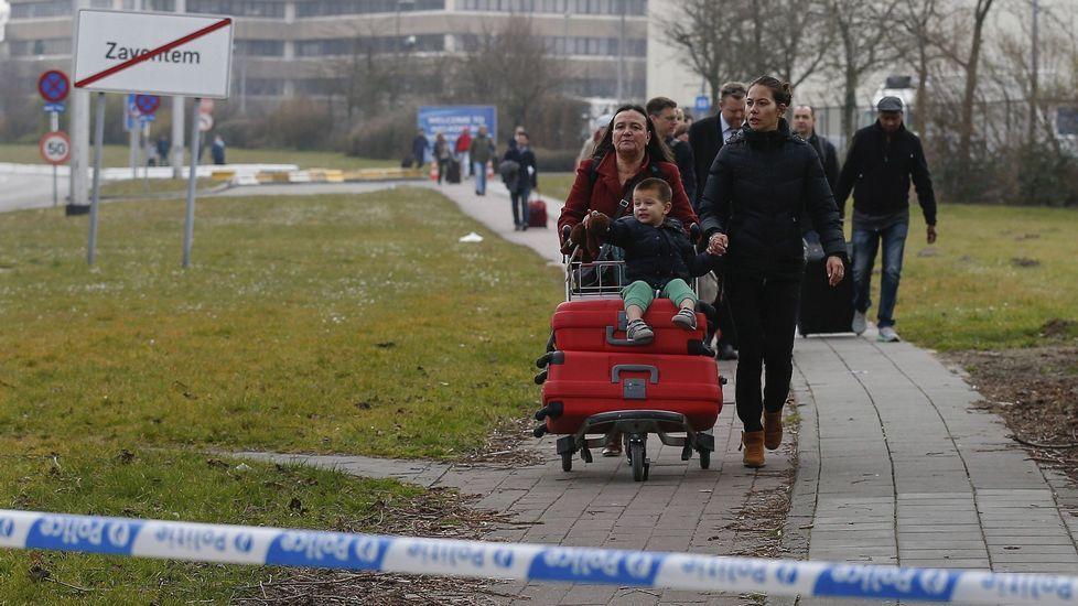 Tras el pánico causado en el aeropuerto por las explosiones, los pasajeros abandonan las instalaciones a pie