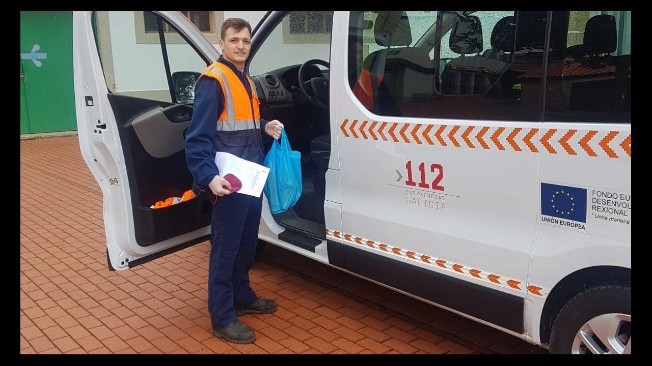 El alcalde de A Arnoia visita a los vecinos.Un voluntaro de Protección Civil de Sober, con una de las bolsas que va a repartir