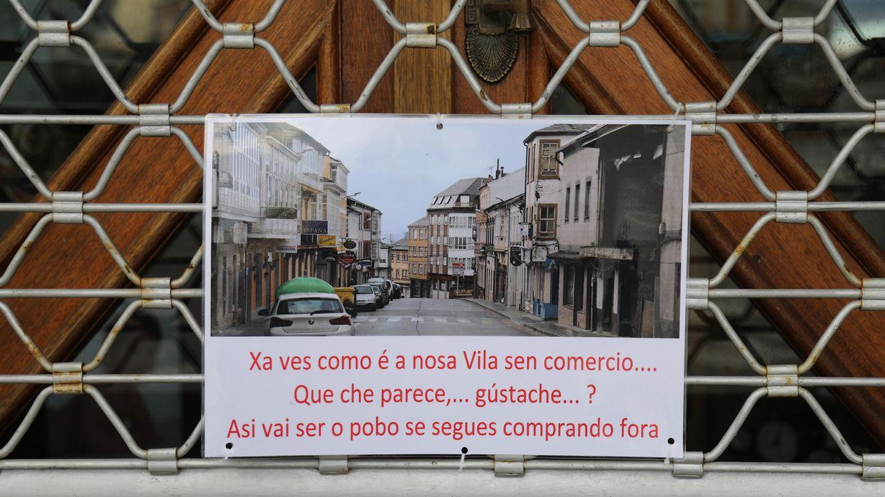 Oviedo .Cartel en un negocio de A Fonsagrada sobre el futuro del comercio en la villa