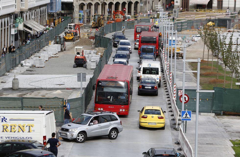 Las descargas de carbón y graneles en el puerto de A Coruña, un trastorno para los vecinos.Las obras de reforma de la superficie se centrarán estos días en rematar las aceras.