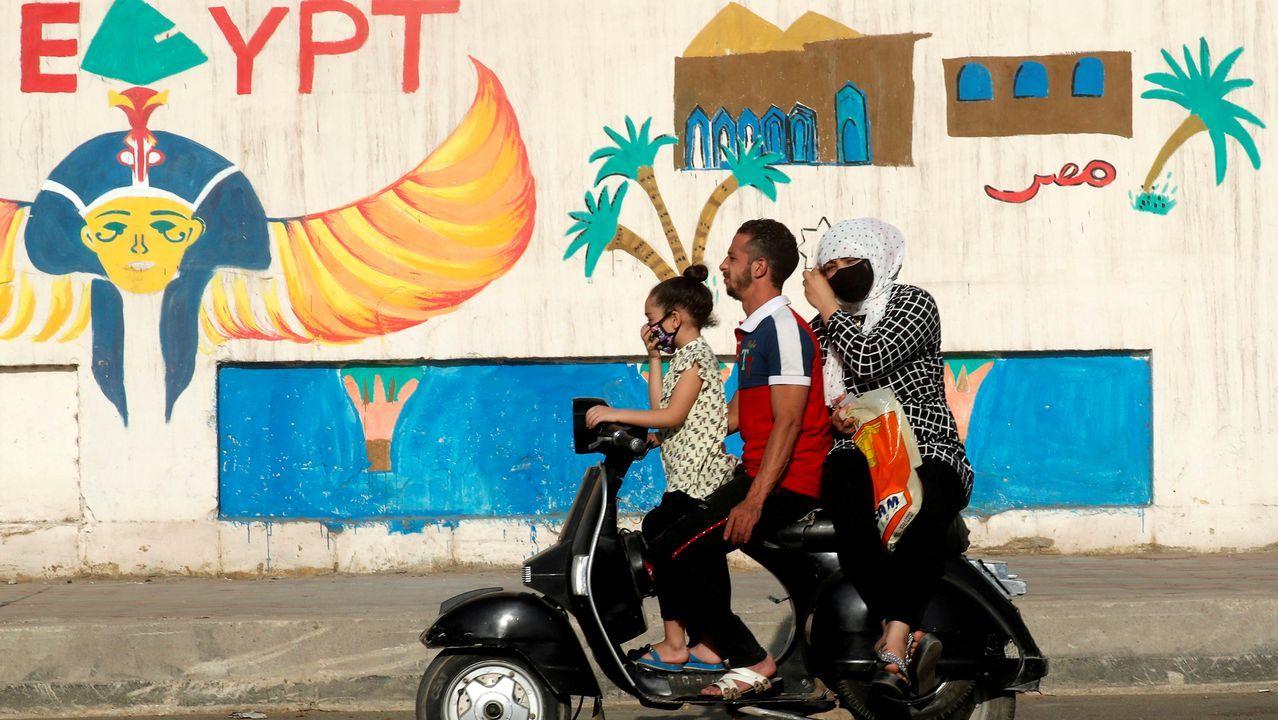 Las mascarillas también se han hecho un hueco en el día a día de los ciudadanos de El Cairo