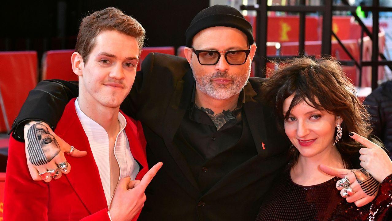 El actor Robert Naylor, el director Denis Côté y la actriz Larissa Corriveau, en la alfombra roja de la Berlinale para presentar «Ghost Town Anthology»