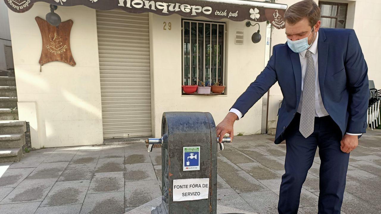 El concejal Álvaro Santos posa junto a una de las fuentes que permanece sin servicio